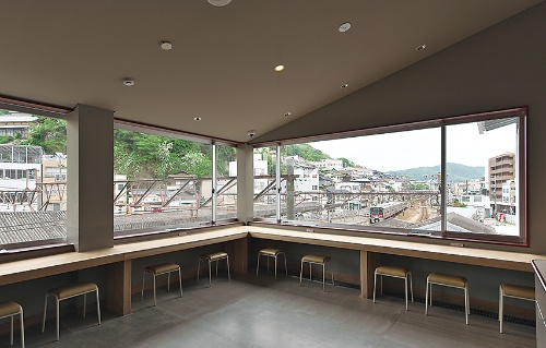 2階の線路側には、簡易宿泊施設「m3 HOSTEL(エムスリーホステル)」が入る。ラウンジや一部の個室からは、間近に電車を望むことができる。客室は、スギ材による立体システムにベッドなどを設置。個室やコンパートメントなど計29室、最大定員66人。1泊8000円(税別)から(写真:生田 将人)