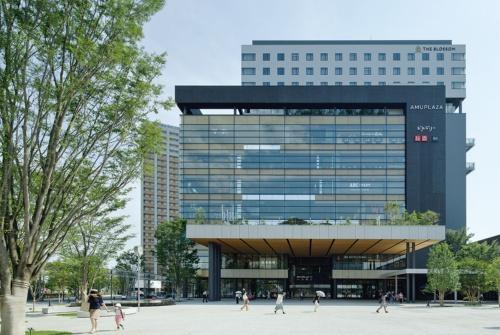 2021年3月に完成した駅前広場に面した北側の正面全景。8階までは商業施設「アミュプラザくまもと」、9階から12階は宿泊施設「THE BLOSSOM KUMAMOTO」が入る(写真:イクマ サトシ)