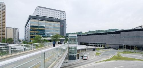 〔写真1〕安藤忠雄氏設計の新駅舎に隣接