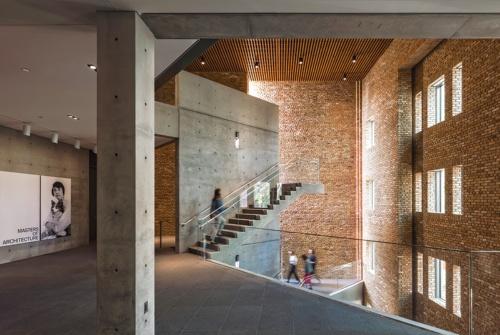 シカゴのギャラリー「Wrightwood 659」。築90年の集合住宅のレンガ造のファサードを修復して保存し、内側にはコンクリートと鉄骨による複合構造体をつくった。レンガとコンクリート、花こう岩を組み合わせ、新旧、東西を対比させた空間(写真:Jeff Goldberg/Esto)