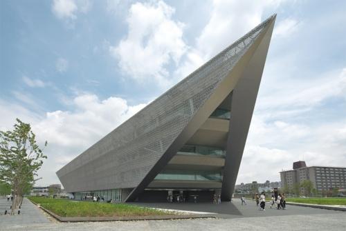 バス通りに面した西側から見る。「追手門学院大学 ACADEMIC-ARK」は、4月に開校した茨木総持寺キャンパスにある大学の建物。既存の茨木安威キャンパスの南東2kmほどに位置し、鉄道駅から徒歩圏の新キャンパスとして開設した。約3600人が学ぶ想定(写真:生田 将人)