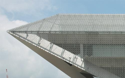 南側から見たエントランス上部のアップ(写真:生田 将人)