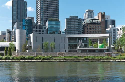 〔写真1〕川に映えるコンクリート打ち放し