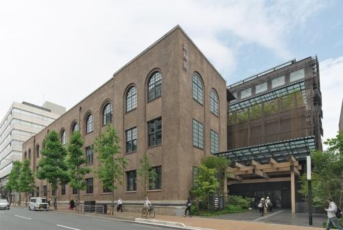 6月11日にグランドオープンを迎えた「新風館」を西側から見る。左側のタイル部分が、「旧京都中央電話局」を改修した保存建物。右側は隈研吾氏がデザイン監修を手掛けた増築建物で、烏丸通側のエントランス(写真:生田 将人)