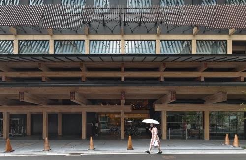 増築建物の北側に設けたホテルのエントランス(写真:生田 将人)