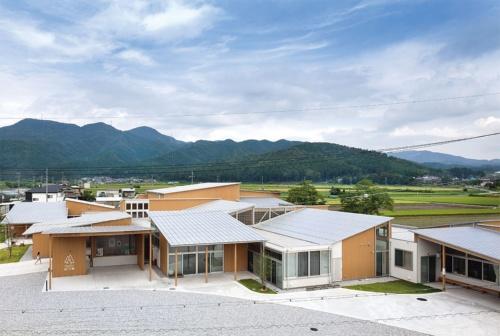 近江地方の商家を参照したプランで、住宅スケールの片流れ屋根が重なり合う。町産の木材を利用した木造建築。陸屋根部分の一部を耐火構造とし、1000m2ごとに防火壁を設けることで、耐火要件を避けて町産材の現しを可能にした。外壁も町産のスギ材(写真:吉田 誠)