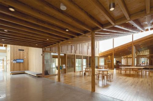 〔写真3〕屋根架構の向きを切り替えて採光