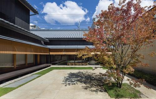 〔写真4〕売り場も座敷も中庭に面する