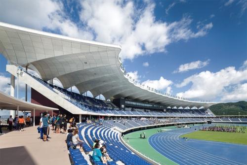 9月にオープンした新青森県総合運動公園陸上競技場のフィールド。青色のトラックは、競技に集中しやすいといった理由でアスリートに好まれるという(写真:吉田誠)