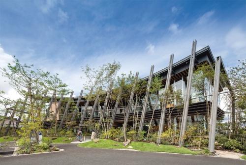 南側全景。約1570m<sup>2</sup>の敷地に、この地区の伝統的な居久根(屋敷林)を再構築した。居久根にも使われる赤松を中心に建物を取り囲み、現代的なランドスケープを構成した(写真:吉田 誠)