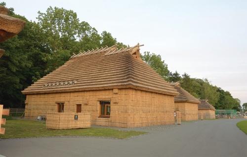 〔写真4〕伝統的住居も再現