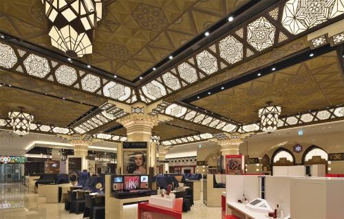 装飾天井のスパンは建て替え前(下の写真)より2.5m広い。そのため梁型の装飾金物は再利用では足りず、新しく制作した。シャンデリアは創建時の写真を元に復元したもの。照明はすべてLED(写真:生田 将人)