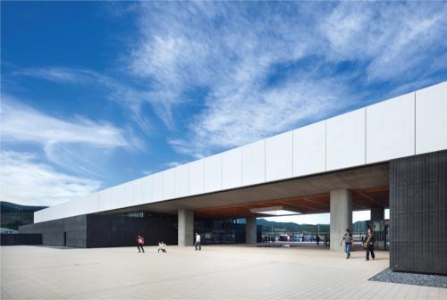 2019年9月22日にオープンした高田松原津波復興祈念公園の国営追悼・祈念施設。長さ160mの建物の中央部分をゲート状に大きく開いている。プレストレストコンクリートの梁で23mのスパンを飛ばした(写真:吉田 誠)