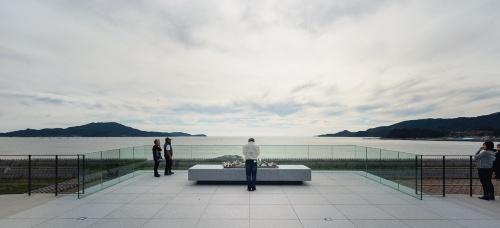 〔写真1〕防潮堤の上に「海を望む場」