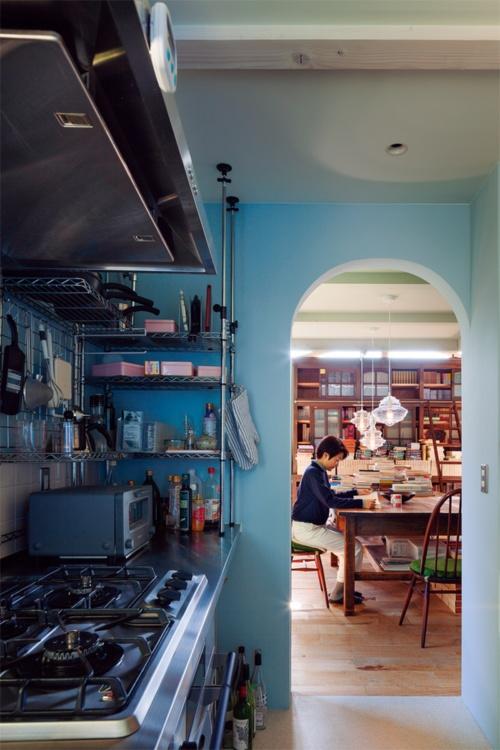 〔写真5〕キッチンは閲覧室の脇に