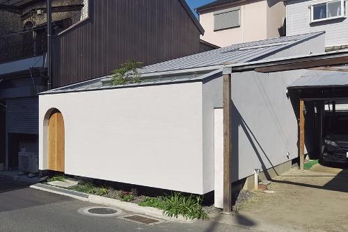 〔写真1〕長屋の一部を建て替えた狭小住宅
