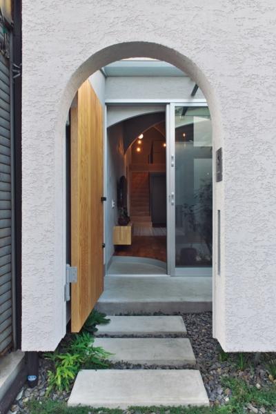 〔写真3〕前庭に導くアーチ状の門