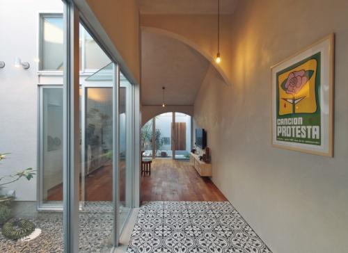 〔写真5〕大開口で室内に屋外空間を取り込む