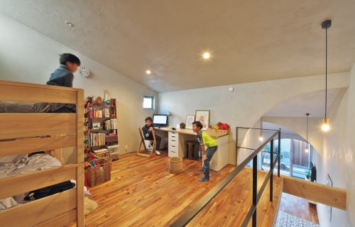〔写真7〕屋根裏感覚の子ども室
