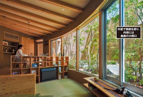 〔写真1〕居間と食事室の大開口から庭を望む