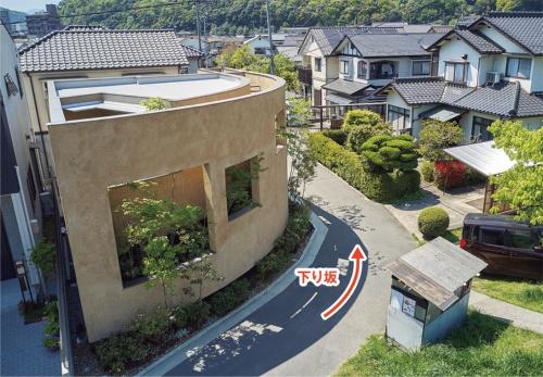 〔写真2〕坂のカーブに沿って立つ家
