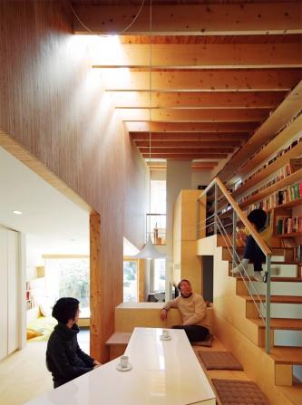 〔写真1〕LVL現しの壁が室内を斜めに縦断
