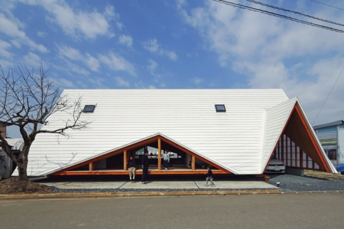 〔写真1〕テントのような大屋根の外観