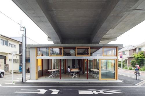〔写真2〕鉄道高架に負けないコンクリートの屋根を架ける