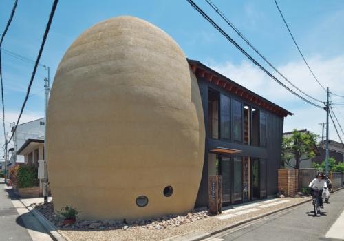 〔写真1〕卵形の建物と切妻屋根の建物が一体に