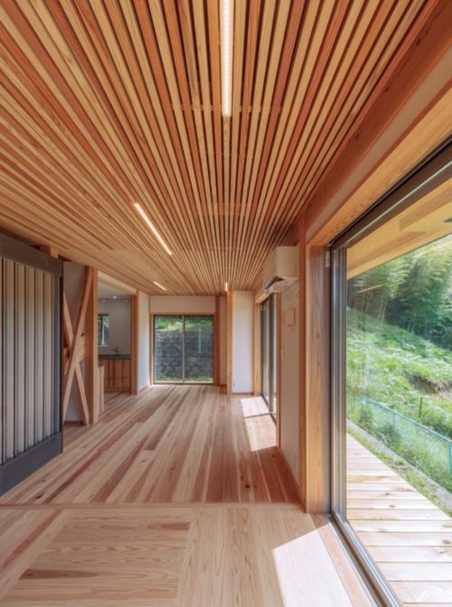 〔写真1〕木造を強調したリビング・ダイニングルーム