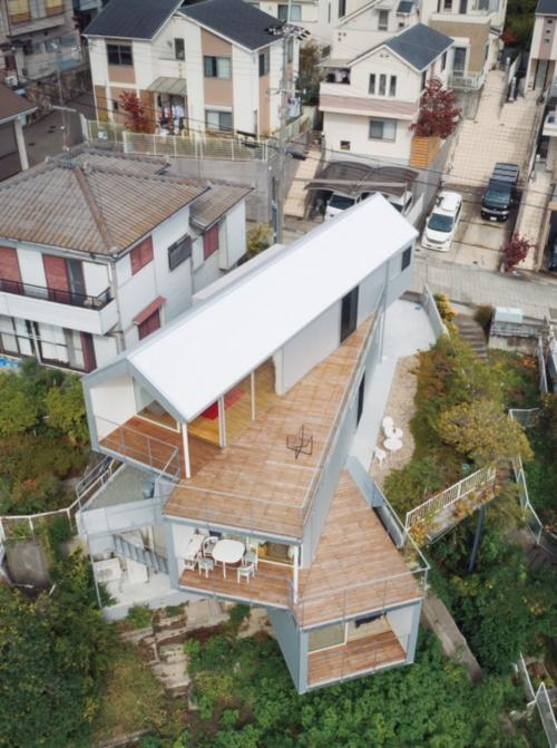 """〔写真1〕ずらした""""箱""""の屋上部分をデッキに"""