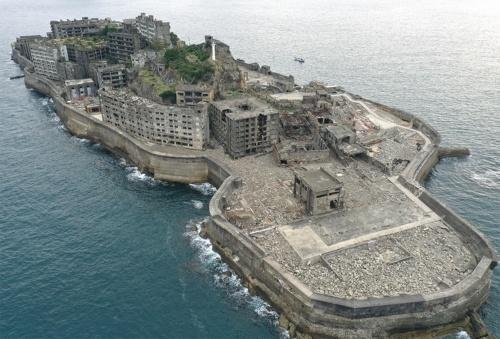 〔写真1〕崩壊が進む軍艦島の近影