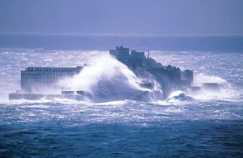 〔写真2〕軍艦島を襲う海の脅威