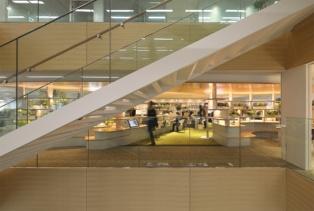 竹中工務店の本社・大阪本店では、執務空間内に階段を新設。6層を直接つないだ(写真:生田 将人)