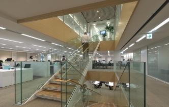 各階の階段まわりを、社員の交流や情報共有を活性化する「共創スペース」として整備した(写真:生田 将人)