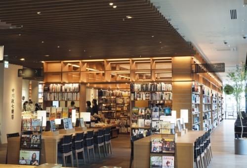 〔写真1〕店舗内で目を引く「本の小部屋」