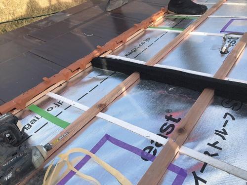 透湿ルーフィングと桟木を施工中の試験棟(写真:神清)