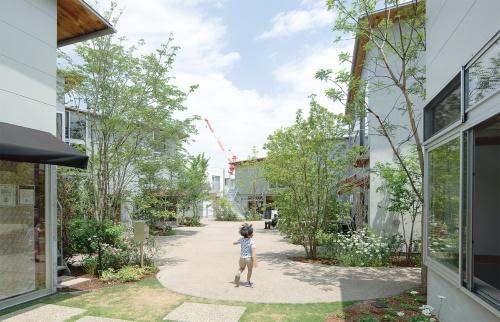 〔写真2〕「雑木林」に包まれる施設に