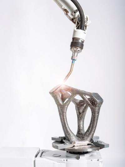 〔写真1〕産業用ロボットアームで接合部を「印刷」