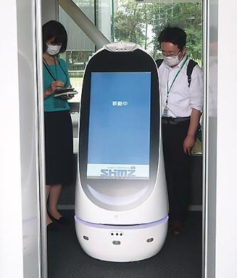 ロボットがエレベーター経由で道案内(写真:日経アーキテクチュア)