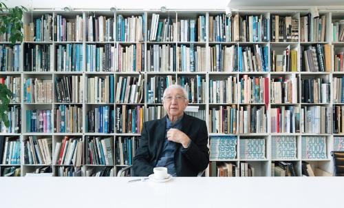 都内にある谷口建築設計研究所のオフィスでインタビューに答える谷口吉生氏。80代になっても明晰で、いつもダンディーだ(人物写真:稲垣 純也)