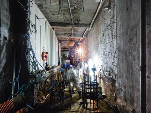 〔写真3〕狭小空間で現場打ち杭の新設工事