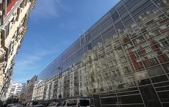 9. コニャック・ジェイ病院(伊東豊雄、2006年)。道路を挟んだ向かい側の建物がガラスファサードに見事に映り込む(写真:日経アーキテクチュア)