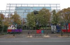 13. カルティエ現代美術財団(ジャン・ヌーベル、1994年)。複数枚のガラスを重ねて見え方を複雑にする。ヌーベル氏の十八番(写真:日経アーキテクチュア)