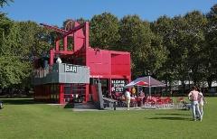 17. ラ・ヴィレット公園(バーナード・チュミ、1987年)。グラン・プロジェの1つ。赤いフォリー(実験的小建築物)が緑の中に点在する(写真:日経アーキテクチュア)
