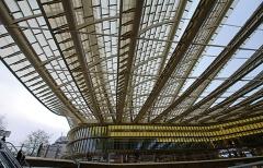 22. フォーラム・デ・アル(ベルジェ+アンズィティ、2016年)。駅に直結する商業施設の改築。昆虫の羽のような屋根が斬新(写真:日経アーキテクチュア)
