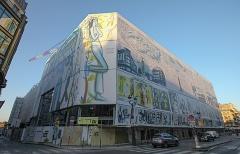 23. ラ・サマリテーヌ改装(SANAA、改装中)。パリ中心部にある老舗百貨店の改装。SANAAの設計でうねる透明のファサードに(写真:日経アーキテクチュア)