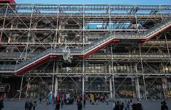 24. ポンピドー・センター(レンゾ・ピアノ+リチャード・ロジャース、1977年)。パリの街を変えるきっかけとなった衝撃作(写真:日経アーキテクチュア)
