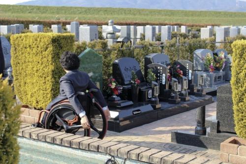 〔写真1〕車椅子使用者・高齢者に使いやすい霊園