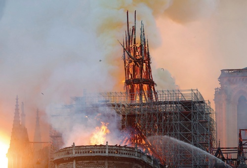 〔写真1〕焼け落ちたパリの象徴